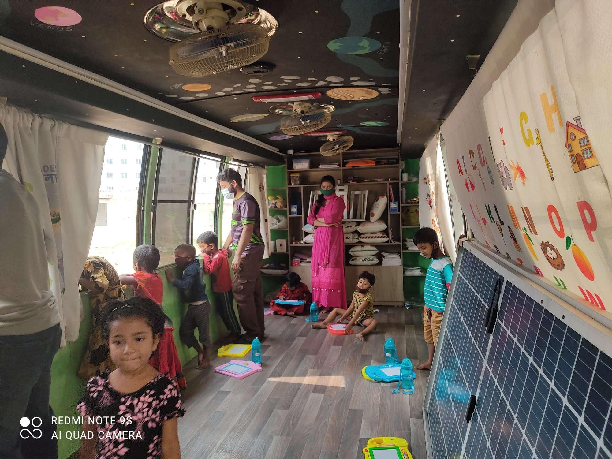 バスの中の教室の様子
