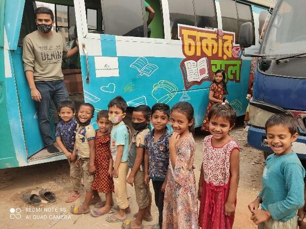 子どもたちが通うバスの学校「チャカール校」