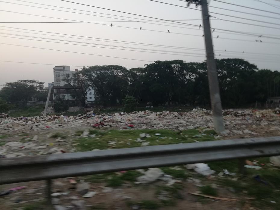 最終処分所に埋め立てられる廃棄物の様子