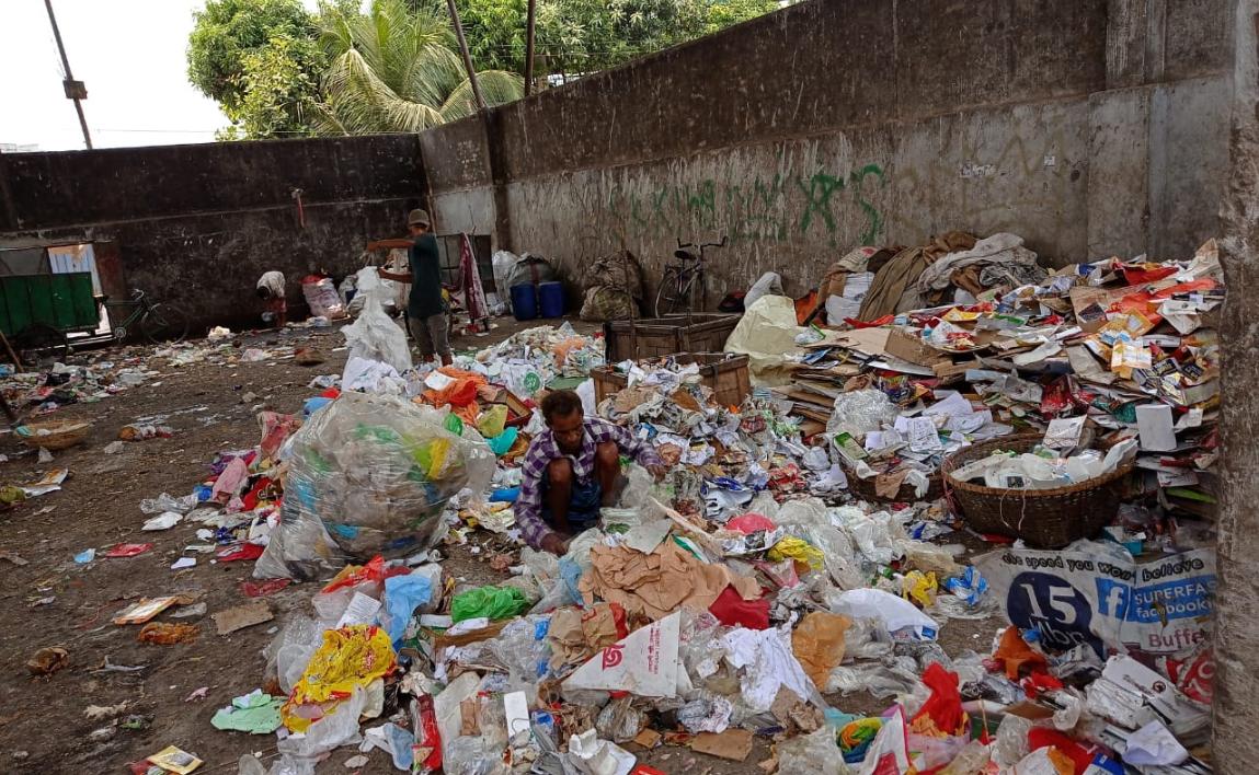 集積所にある分別されていない廃棄物