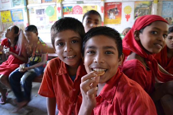 GENKIプログラムのクッキーを食べるバングラディッシュの子どもたち