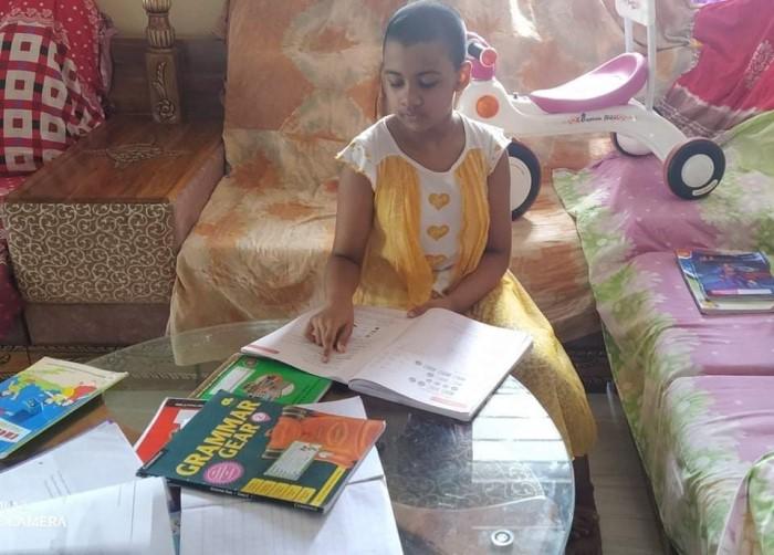 中流家庭の子どもが自宅で英語を勉強している様子
